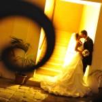 Luci gialle per un bacio degli sposi durante il ricevimento. Celli - Fotografo matrimonio Roma