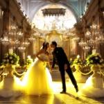 Luci gialle per un bacio degli sposi al temrine della cerimonia. Celli - Fotografo matrimonio Roma