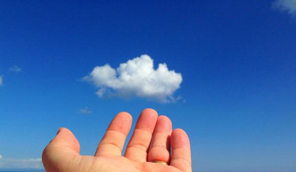 Mano verso nuvola. I vantaggi economici del Cloud Computing